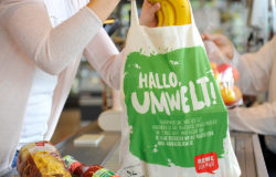 Cotton bags are just one of the many alternatives REWE offers. Photo: REWE