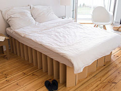 Too beautiful just for packaging. Beds made of cardboard in a special honeycomb structure are extremely stable, lightweight, space-saving to store and low cost. Photo: Room in a Box.