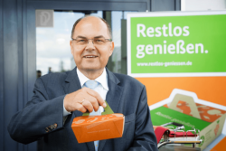 """Adieu doggy bag — hello to complete enjoyment for people."" With this message, German Minister of Agriculture, Christian Schmidt, promotes the Beste-Reste-Box for restaurant or catering leftovers. Pho"