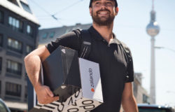 Since 2017 Zalando customers have been able to have their parcels conveniently picked up at the desired place in a two-hour time window. Photo: (Photo: © Zalando / Claudius Pflug)