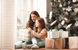 Some shoppers miss the packaging material with frustration-free parcels and would wish for more of an unwrapping experience. Photo: Mother and daughter unwrapping gift © alotofpeople / fotolia.com