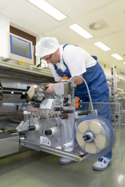 To replace the label roll, the machine can be opened and the labelling section can be pulled out at the front. © Bluhm Systeme