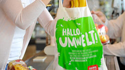 140 million fewer plastic bags end up on waste dumps each year: REWE is gradually banning plastic bags. Photo: