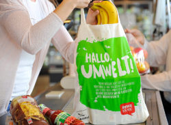 "140 million fewer plastic bags end up on waste dumps each year: REWE is gradually banning plastic bags. Photo: ""obs/REWE Markt GmbH/Meta Welling"""
