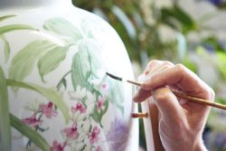 In countless hours, the different motifs are painted on each piece of porcelain by hand.