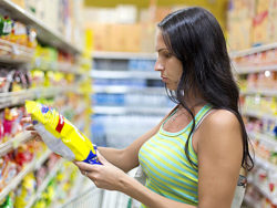 Foto: Woman checking food labelling © Korta / fotolia.com
