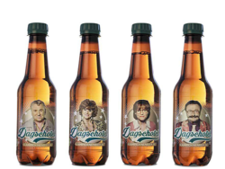 Helped by an app, the TV characters from F.C. Kampioenen have come to life on the Dagschotel beer bottles from Martens. © Frank Reinhold