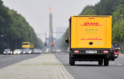 A lot of hard work: In Germany alone approx. 15 million parcels are shipped during the pre-Christmas period. In the UK this figure was as high as 138 million parcels in December 2016. Photo: DHL